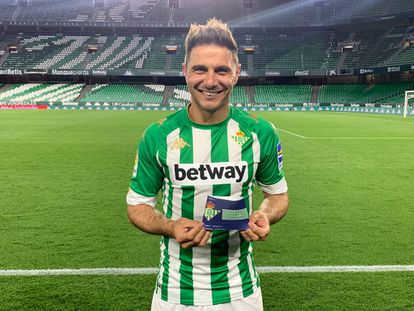 Joaquín posa con el brazalete con el número 461, en una imagen ofrecida por el Betis.