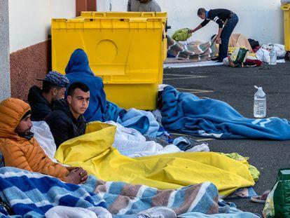 Migrantes acampan fuera del campo oficial Canarias 50, en Las Palmas, este sábado.