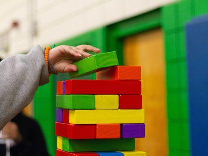 Un niño coloca bloques de colores.