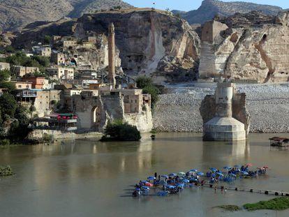 Los restos del puente de Hasankeyf cubiertos de cemento, así como la ladera del castillo para evitar su erosión durante la inundación de la presa de Ilisu.