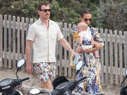 Alicia Vikander y Michael Fassbender con su hijo en Ibiza este martes.