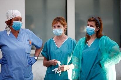 Tres sanitarias, este martes en el hospital Infanta Elena de Valdemoro (Madrid).