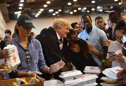 El presidente Trump se hace fotos con los afectados por Harvey, el sábado en Houston.