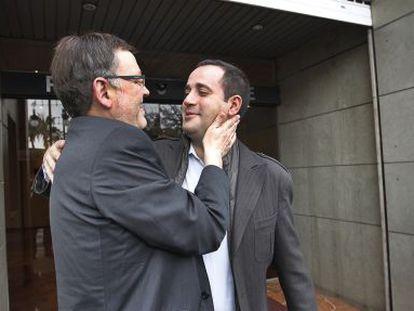 Ximo Puig y Jorge Alarte se saludan ante la sede del PSPV en Valencia.