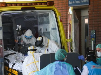 Llegada en ambulancia de un paciente con coronavirus a las Urgencias del hospital Severo Ochoa de Leganés (Madrid), el 26 de marzo.