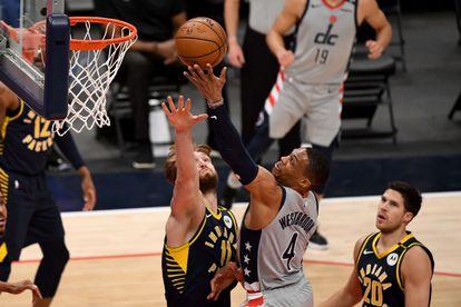 Westbrook se eleva por encima de Sabonis en el juego entre Washington e Indiana.