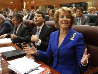 La presidenta de la Comunidad de Madrid, Esperanza Aguirre, durante la primera sesión del debate de su investidura ante el pleno de la Asamblea.