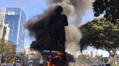 Un grupo de manifestantes ha incendiado la estatua del explorador Borba Gato en Sao Paulo.