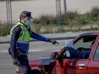 Un agente de la Policía Municipal en un control policial de tráfico en Madrid.