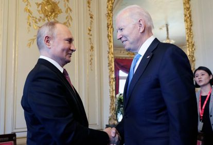 """U.S President Joe Biden, center, and Russian President Vladimir Putin, left, shake hands during their meeting at the 'Villa la Grange' in Geneva, Switzerland in Geneva, Switzerland, Wednesday, June 16, 2021. Russian President Vladimir Putin thanked President Joe Biden and expressed wishes for a """"productive"""" meeting as the two kicked off their meeting in Geneva Wednesday. (Mikhail Metzel/Pool Photo via AP)"""