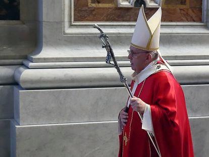 El papa Francisco preside una misa en recuerdo de los cardenales y obispos fallecidos en la basílica de San Pedro, el pasado noviembre.