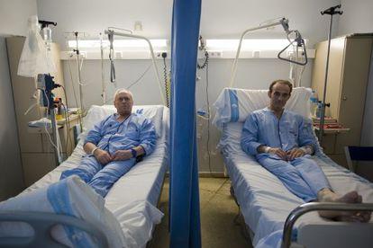 Victoriano Cano (izquierda) y Raúl Vega, atrincherados en la habitación 628 de Bellvitge.