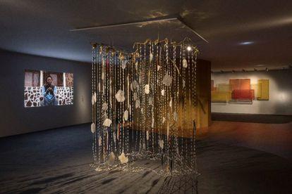 Una instalación de la exposición 'Avanzar con paso leve. st_age expandido' en el Museo Thyssen.