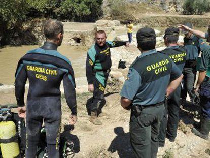 Los agentes, antes de hallar el cadáver del hombre arrastrado por la riada en Iznalloz.