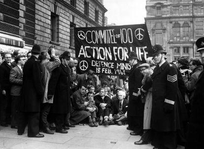 El 18 de febrero de 1961, Bertrand Russell (88 años) se manifiesta en Londres por la prohibición de las armas nucleares.