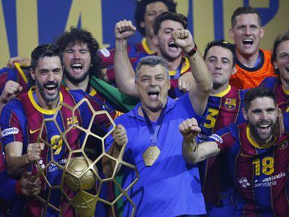 Entrerríos y Xavi Pascual, con el trofeo de la Champions, lo celebran junto al resto de la plantilla del Barça.
