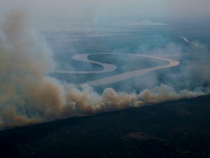 Incendios este miércoles cerca de la ciudad argentina de San Nicolás, en el delta del río Paraná, al que la sequía en Brasil y Argentina lo han dejado con un caudal mínimo.
