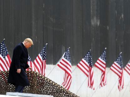 El presidente Donald Trump baja las escaleras antes de un discurso cerca de una sección del muro fronterizo entre Estados Unidos y México, el martes 12 de enero de 2021, en Alamo, Texas.