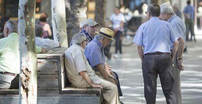 Un grupo de jubilados en la Plaza Nueva de Sevilla.