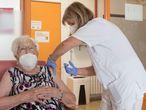 ***CORRIGE FOTÓGRAFO***MAHÓN, 23/09/2021.- Una usuaria de una residencia en Mahón recibe la tercera dosis de la vacuna contra la covid-19, destinada a personas mayores, campaña que ha comenzado hoy jueves.- EFE / David Arquimbau POOL