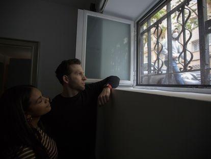 María José Camacho y Thomas Lutz posan junto a una de las ventanas de su domicilio, un semisótano con las ventana a ras de la acera.