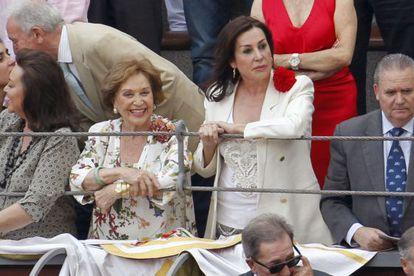 Carmen Martínez Bordiú y Carmen Franco, durante la corrida de la beneficencia en Madrid.