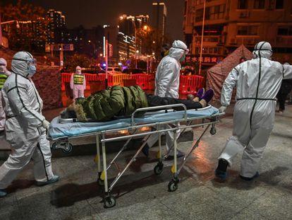 Traslado de un paciente con coronavirus al hospital de la Cruz Roja en Wuhan (China), el 25 de enero.