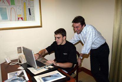 Fernando Alonso con Adrián Campos, en una imagen de archivo compartida por el propio piloto.