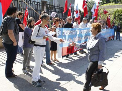 Delegados de la CIG en Novagalicia protestan ayer ante la sede de la Xunta en San Caetano.