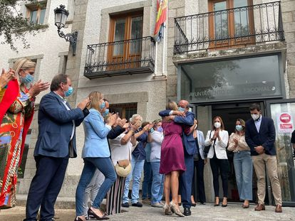 El exalcalde de El Escorial, Antonio Vicente, se abraza a la secretaria general de los populares madrileños, Ana Camins, tras perder la moción de censura, este jueves en la puerta del Ayuntamiento.