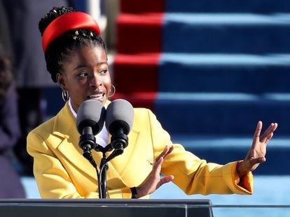 Amanda Gorman, durante su intervención en la ceremonia de toma de posesión del presidente de EE UU, Joe Biden, el pasado 20 de enero.