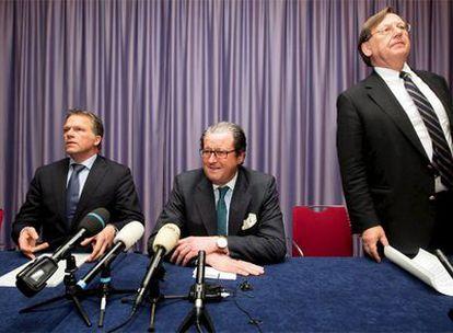 Nout Wellink, Banco Central (izquierda); Michel Tilmant, presidente de ING, y W. Bos, ministro de Finanzas.