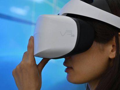 Fotogalería: Innovación a la espera de la revolución. En la imagen, una mujer prueba un dispositivo de realidad virtual durante el Consumer Electronics Show de Shanghái (Ces Asia).