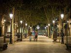 Dos personas caminan por el paseo del Born después del toque de queda. La lista de municipios dónde esta restricción está vigente ha incorporado Lleida, Salt o Roses, entre otros.