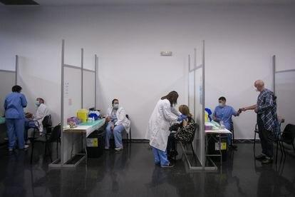 Vacunación en la Farga de L'Hospitalet de Llobregat, a finales de abril.