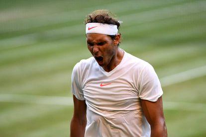Nadal festeja un punto ante Del Potro en el duelo de cuartos en Wimbledon.