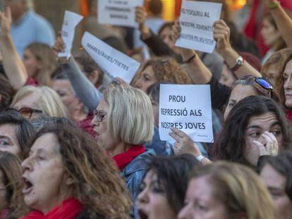Una manifestación denuncia la represión contra los jóvenes en Barcelona.