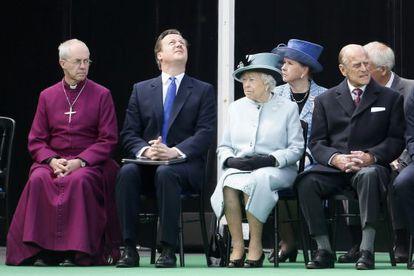 De izquierda a derecha, el arzobispo de Canterbury, el primer ministro británico, David Cameron, la reina Isabel y el príncipe Philip en el aniversario de la Magna Carta en Runymede