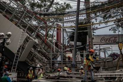 Cuadrillas de trabajadores laboran en la remoción de escombro y estructuras en la zona donde ocurrió el accidente de la linea 12 del metro en Ciudad de México el día 05 de mayo de 2021.