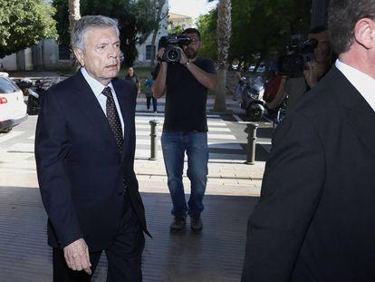 El expresidente de la antigua Caja de Ahorro del Mediterráneo (CAM) Modesto Crespo, a su llegada a la Audiencia Provincial de Alicante.