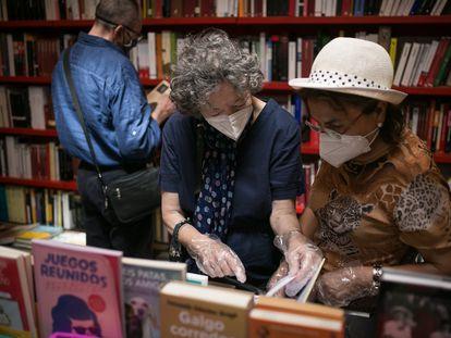 Lectoras en la librería Documenta de Barcelona el pasado mes de julio, una de las 107 adheridas al bono cultural de Barcelona.