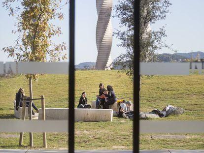 Alumnos en el campus de la UAB en una imagen de archivo