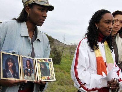 Una amiga sostiene imágenes de Mitrice Richardson, junto a la madre de esta, Latice Sutton, en una rueda de prensa en 2010.