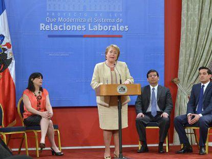 Bachelet firma el proyecto de la reforma laboral chilena.