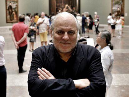El realizador José Luis López Linares, en la sala del Museo del Prado donde se encuentra ¨'Las Meninas'.