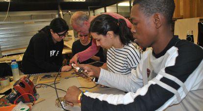 Koukou Elolo Amegayibo trabaja en el taller de Grigri Pixel junto a otros asistentes guiado por el tutor Yago Torroja.