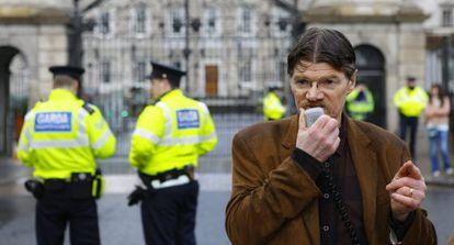 Un activista habla a la multitud congregada en Ballyhea (Irlanda).