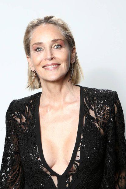"""Sharon Stone está considerada, a sus 62 años, una de esas actrices de Hollywood que han madurado """"con naturalidad"""", sin abusar de la cirugía rejuvenecedora. En esta fotografía de una fiesta en Los Ángeles en febrero de 2020 presume de canas ante los fotógrafos."""