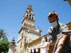 Turistas en el Patio de los Naranjos de la Mezquita Catedral de Córdoba