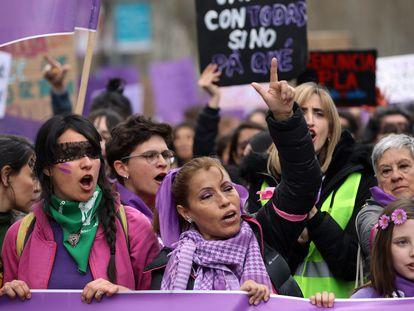 Un grupo de mujeres participa en la marcha del 8-M, en Madrid.
